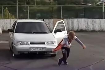 Autókat ráncigál a legerősebb orosz kisfiú