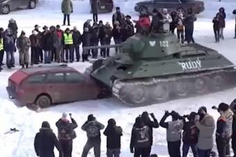 Ahogy a T-34-es belehasít egy Mercedesbe, az elég epikus