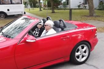 107 évesen még mindig élvezi a nyitott tetejű Mercijét