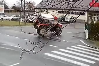 Látványos borulás lett a traktoros száguldás vége