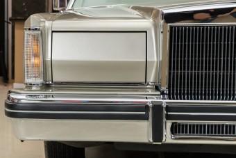 40 évesen még új ez a Lincoln Continental luxuslimuzin
