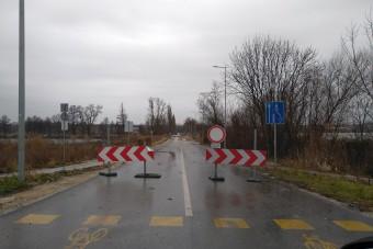 Tönkrement az út a botrányosan hosszúra nyúló hídfelújítás miatt