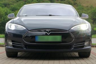 Utólag iktatta ki a Tesla egy használt autójából a vezetéssegédet