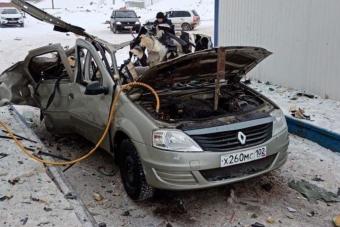 Szilánkokra robbant egy autó a benzinkúton állva