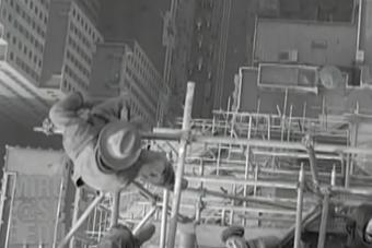 Izzasztó látvány, ahogy ezek az építőmunkások egy felhőkarcolón védőfelszerelés nélkül dolgoznak
