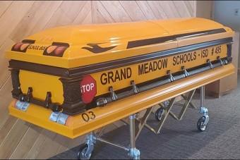 Iskolabusz-sárga koporsóban temették el a buszsofőrt