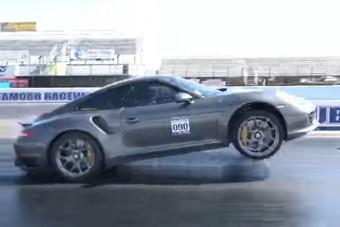 Nézd meg, ahogy két kerékre ágaskodik az 1000 lovas Porsche!