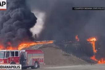 Felborult a tanker, lángoló pokol lett az autópálya