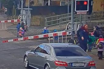 Kisgyerekeket tereltek át a síneken a pirosnál