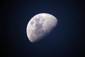 Két hold kering a Föld körül