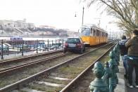 Érthetetlen, de megint villamossínekre került egy autó Budapesten 1