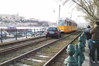 Villamossínekre hajtott egy autós Budapesten
