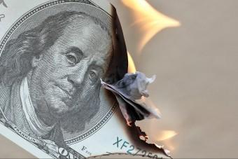 Fizetés helyett inkább elégette pénzét a dühös férfi