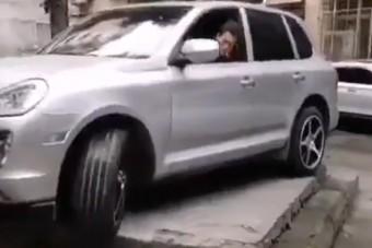 A parkolás fekete öves mestere nem esett kétségbe a furcsa helytől sem