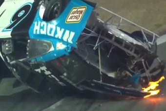 Lángoló autóval, tetőn csúszva ért célba a versenyző