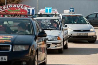 Határozatlan időre felfüggesztik az autóvezetői vizsgákat