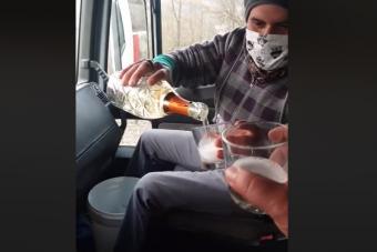 Olasz sofőrök derűs pillanata a nehéz időkben, ünneplik az egymillió kilométert