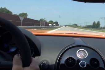 Egy Bugatti Veyronból nézve minden autó áll az autópályán