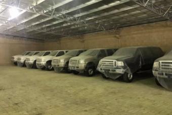 Tíz drága terepjáró áll Dubajban fóliával letakarva, a tulaj egy kilométert sem ment velük