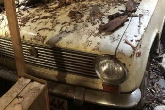 Hihetetlenül kalandos sorsú veterán autót találtak egy skót garázsban