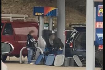 Életveszélyes őrültséget műveltek egy amerikai benzinkúton
