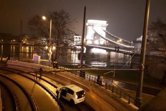 Érthetetlen, de megint villamossínekre került egy autó Budapesten