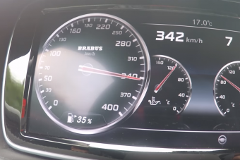 Azt hiszed, átverés, ahogy ez a Mercedes 340 km/órára gyorsul