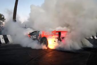 A durva gumiégetésben kigyulladt a Lamborghini, a tulaj vissza se nézett, amikor kiszállt