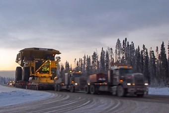Így szállítják a világ legnagyobb bányagépeit