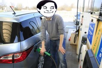 Ma történelmi rekordra süllyedt a benzin ára