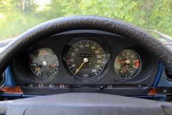 Ezt jelentik a sebességmérő órák apró jelölései