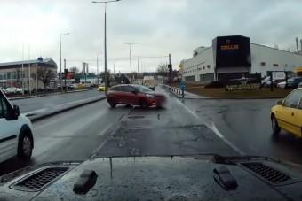 Szembe ment a forgalommal az eszement magyar autós