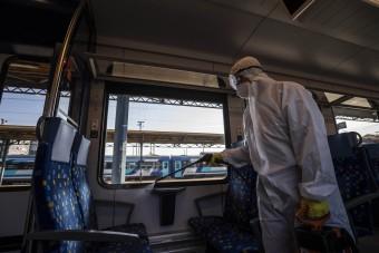 Fotókon, ahogy a MÁV fertőtleníti a vonatokat