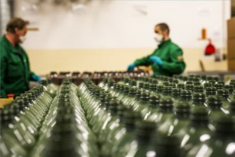 Ablakmosó helyett fertőtlenítőszert kezdett el gyártani a MOL itthon