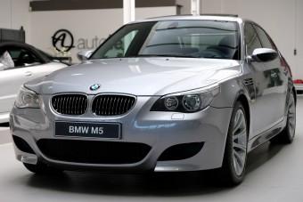 Ez a tíz hengerrel üvöltő BMW M5 már sosem lesz olcsóbb