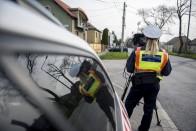 Nőnap alkalmából a szabályosan közlekedő hölgyeket ajándékozták a rendőrök 2