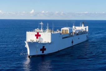 A világ legnagyobb kórházhajója tart New York felé