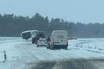 A MÁV elesett a tavaszi havazásban délen, de az autósoknak is feladta a leckét
