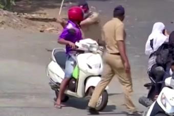 Indiában bottal ütik a rendőrök azt, aki megszegi a kijárási tilalmat