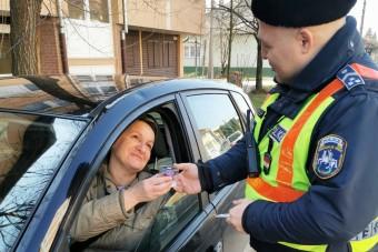 Nőnap alkalmából a szabályosan közlekedő hölgyeket ajándékozták a rendőrök