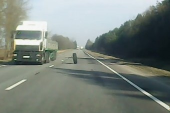 Elkerülhetetlen balesetet okozott a kamion elszabaduló kereke