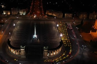 A taxisok éjszaka felsorakoztak a Hősök terénél a kórházi dolgozók előtt tisztelegve
