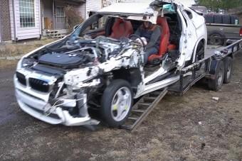 Hihetetlen, hogy még önerejéből mozog ez a rommá tört BMW