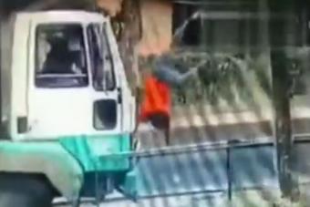Szaltózva zuhant ki a teherautóból az övet nem használó utas