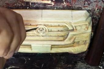 Fából farag terepjárót ez az ügyes legény