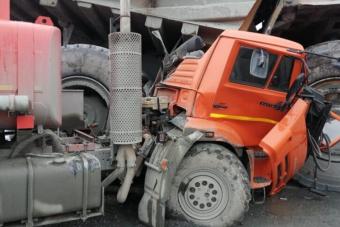 Eltiporta a Kamazt a hatalmas bányagép