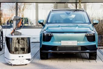 Károly, a robot tölti a kínai villanyautót