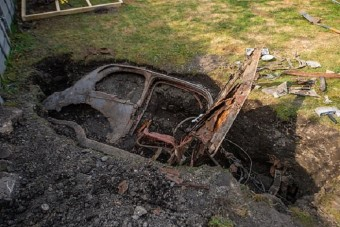 Autót talált a földben egy férfi kertészkedés közben