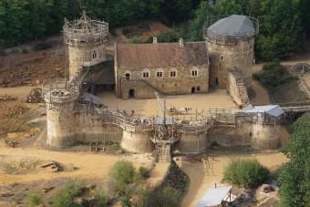 Középkori módszerekkel épül egy francia vár