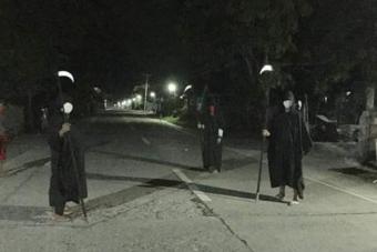 Kaszásnak öltözött őrök figyelik a kijárási tilalmat a Fülöp-szigeteken
